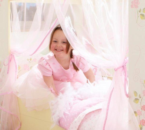 barneseng med gardiner
